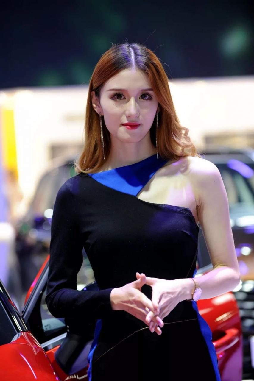 东风雷诺展台模特