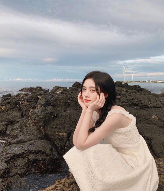 难怪那么多人说鞠婧祎好看,当看到她在海边穿白裙:我好像恋爱了